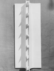 1967 Oggetto bianco con taglio n.7